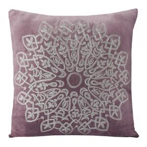Poszewkę dekoracyjną ALISA w kolorze liliowym zdobi oryginalny wyszywany ornament. 78 zł. Fot. Eurofirany