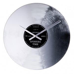 Zegar ścienny SILVER RECORD niczym srebrna płyta winylowa to propozycja dla miłośników muzycznych dodatków wnętrzarskich. 199 zł (śred. 43 cm). Fot. Nextime