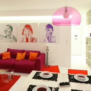 W tym salonie zdjęcia dzieci właścicielki w ciekawym wydaniu zdobią główną ścianę. Projekt: Agnieszka Hajdas-Obajtek. Fot. Bartosz  Jarosz