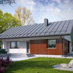 Konstrukcja dachu i duże podcienie powiększają optycznie ten niewielki dom. Kolorystyka fasady nadaje mu eleganckiego charakteru. Fot. Archetyp