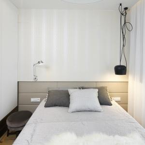 Czarna lampa wisząca tylko po jednej stronie łóżka mimo swojej prostej formy w tej sypialni stanowi ciekawy element dekoracyjny. Projekt: Agnieszka Hajdas-Obajtek. Fot. Bartosz Jarosz