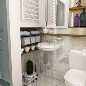 Biała łazienka została zaplanowana bardzo funkcjonalnie. Projekt: arch. Maja Klimowicz, Fot. Dom Dla Ciebie – Pracownia Projektowa Archeco