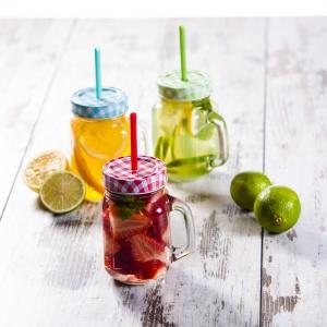 W stylowych słoikach ze słomkami TWIST JAR można w oryginalny sposób zaserwować lemoniadę czy owocowy kompot. Do wyboru trzy kolory nakrętek i słomek; poj. 450 ml. Fot. Duka