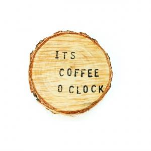 Mówi, że jest czas na kawę. Powstałe z konaru drewna podkładki FANDOO ozdobione wypalanymi napisami stanowią oryginalną i praktyczną dekorację. 20 zł/szt. Fot. Pakamera