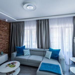 Mieszkanie ma powierzchnię 49 mkw. Biel wykorzystano tu na każdym kroku – znajduje się zarówno na suficie, ścianach, jak i meblach.   Zdjęcia: Nowa Papiernia, Fot. Maciej Lulko