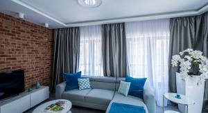 W tym niewielkimmieszkaniubiel połączono z cegłą i betonem. Efekt? Nowoczesne, eleganckie wnętrze zachwycające jasnymi przestrzeniami.