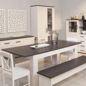 Kwintesencją niebanalnej prostoty prowansalskiego stylu na przykładzie kolekcji Provence są ascetyczne ławy zastępujące krzesła. Fot. Meble Wójcik