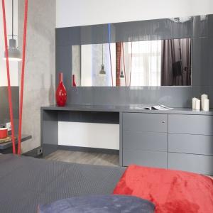 Oprócz wygodnej przestrzeni do spania, wygospodarowano tu również miejsce do pracy. Fot. Bartosz Jarosz