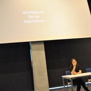 Spotkanie otworzył wykład Weroniki Kiersztejn, jednej ze współtwórczyń Kolektywu Projektowego Musk. Projektantka opowiadała jednak nie o wnętrzach czy architekturze będącej dziełem jej biura, ale instalacjach artystycznych czy nietypowych realizacjach, które były ich udziałem.
