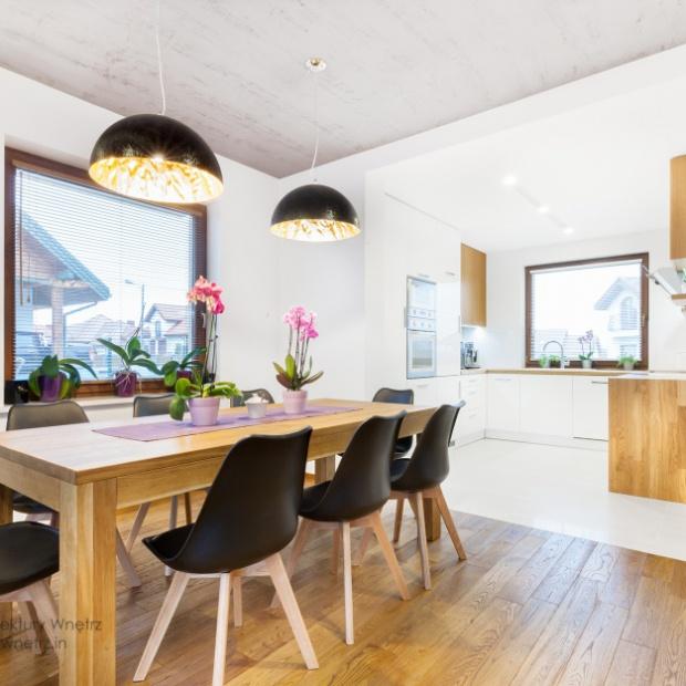 Mieszkanie w bieli i drewnie