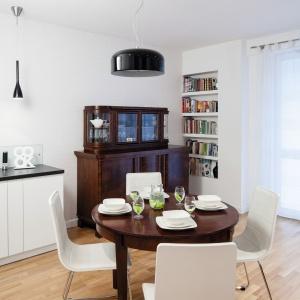 Zabytkowy stół i wiekowy kredens połączono z nowoczesnymi krzesłami i modnymi lampami. Projekt: Ewa Para. Fot. Bartosz Jarosz