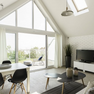 Niewielka przestrzeń była nie lada wyzwaniem. Projektantce udało się jednak przekuć ograniczenia mieszkania w jego atuty, sięgając po niecodzienne rozwiązania architektoniczne, które nadały wnętrzu wyjątkowy charakter. Fot. FOTO&MOHITO