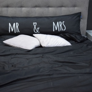 Poduszka One Pillow Mr Mrs Black. Fot. Mr&Mrs Sleep