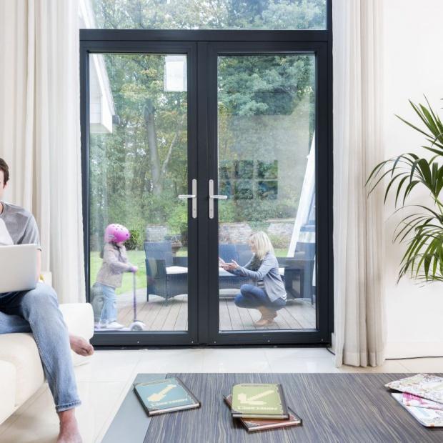 Okna i drzwi tarasowe – nowe normy dla stolarki