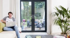 Od stycznia 2017 roku wszystkie nowo powstające budynki będą musiały spełnić <br />zaostrzone wymogi, m.in. w zakresie wyższej izolacyjności cieplnej okien i drzwi. <br /><br />