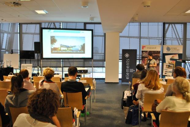 Warszawa to jedno z naszych ulubionych miast – tutaj 2,5 roku temu wystartował cykl spotkań w ramach Studia Dobrych Rozwiązań. 25 października zawitaliśmy do stolicy już po raz trzeci – jak zawsze ciepło przyjęci przez architektów i projekta
