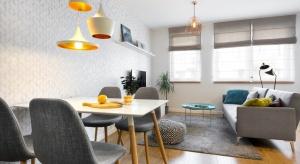 Zobaczcie projekt mieszkania w modnych szarościach i prostym skandynawskim stylu.