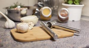 Nowoczesna kuchnia powinna być funkcjonalna i elegancka. Przygotowanie potraw w przyjaznym wnętrzu, wyposażonym w wiele praktycznych i wygodnych w użyciu przedmiotów może być prawdziwą przyjemnością.