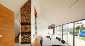 Ściany wykończone materiałem podłogowym stanowią harmonijne dopełnienie wnętrz nie tylko nowoczesnych, ale i tradycyjnych.