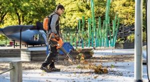 Spadające liście psują estetykę otoczenia, a w połączeniu z deszczem stają się mokre i śliskie, co może stać się przyczyną wielu nieszczęśliwych wypadków. Co zrobić, aby temu zapobiec i jak zadbać o schludny wygląd naszego ogrodu bez zb
