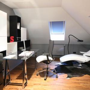 Praca biurowa w domu wymaga wygodnego stanowiska z komputerem oraz biurkiem. Najbardziej komfortowo mogą czuć się posiadacze sporych domów, gdzie bez kłopotu można zagospodarować jeden z pokoi na miejsce do pracy. Projekt: Katarzyna Koszałka, Fot. Bartosz Jarosz