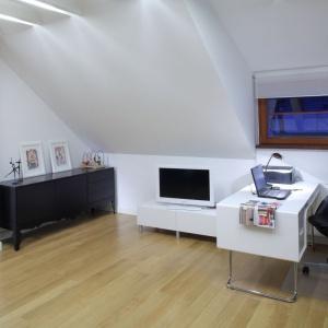 W domowym miejscu pracy warto zadbać o odpowiednie wyposażenie – ergonomiczne biurko i krzesło. Projekt: Katarzyna Moraczewska, Fot. Tomasz Markowski