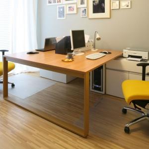 Błędem jest planowanie do pracy jedynie stanowiska komputerowego. Równie przydatny okaże się zaciszny zakątek z fotelem i wygodny stół, na którym można swobodnie rozłożyć papiery z biura. Projekt: Luiza Jodłowska. Fot. Bartosz Jarosz