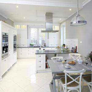 Kuchnia w klasycznym stylu pięknie prezentuje się w bieli. Projekt: Maciejka Peszyńska-Drews. Fot. Bartosz Jarosz