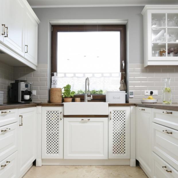 Modna kuchnia: zlew pod oknem