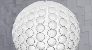 Upcykling, czyli przetwarzanie materiałów zużytychi tworzenie nowych, bardzo wyjątkowych przedmiotów to bardzo popularny trend. Do wykonaniapięknej lampy do sypialni można wykorzystaćpapierowy kloszw kształcie kuli i papierowe kubeczki.