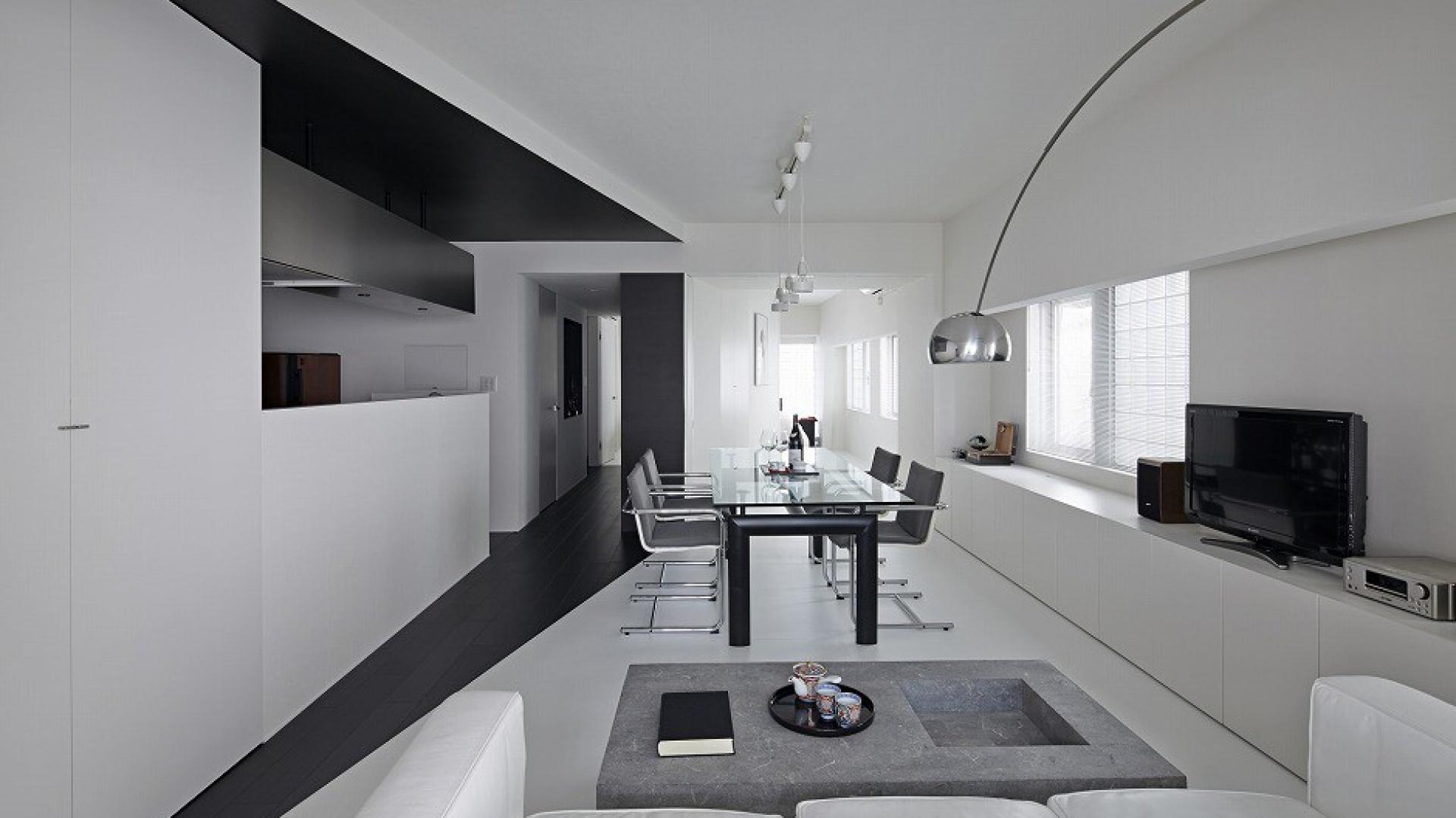 Salon i jadalnia tworzą wspólną otwartą przestrzeń. Fot. Koichi Torimura.