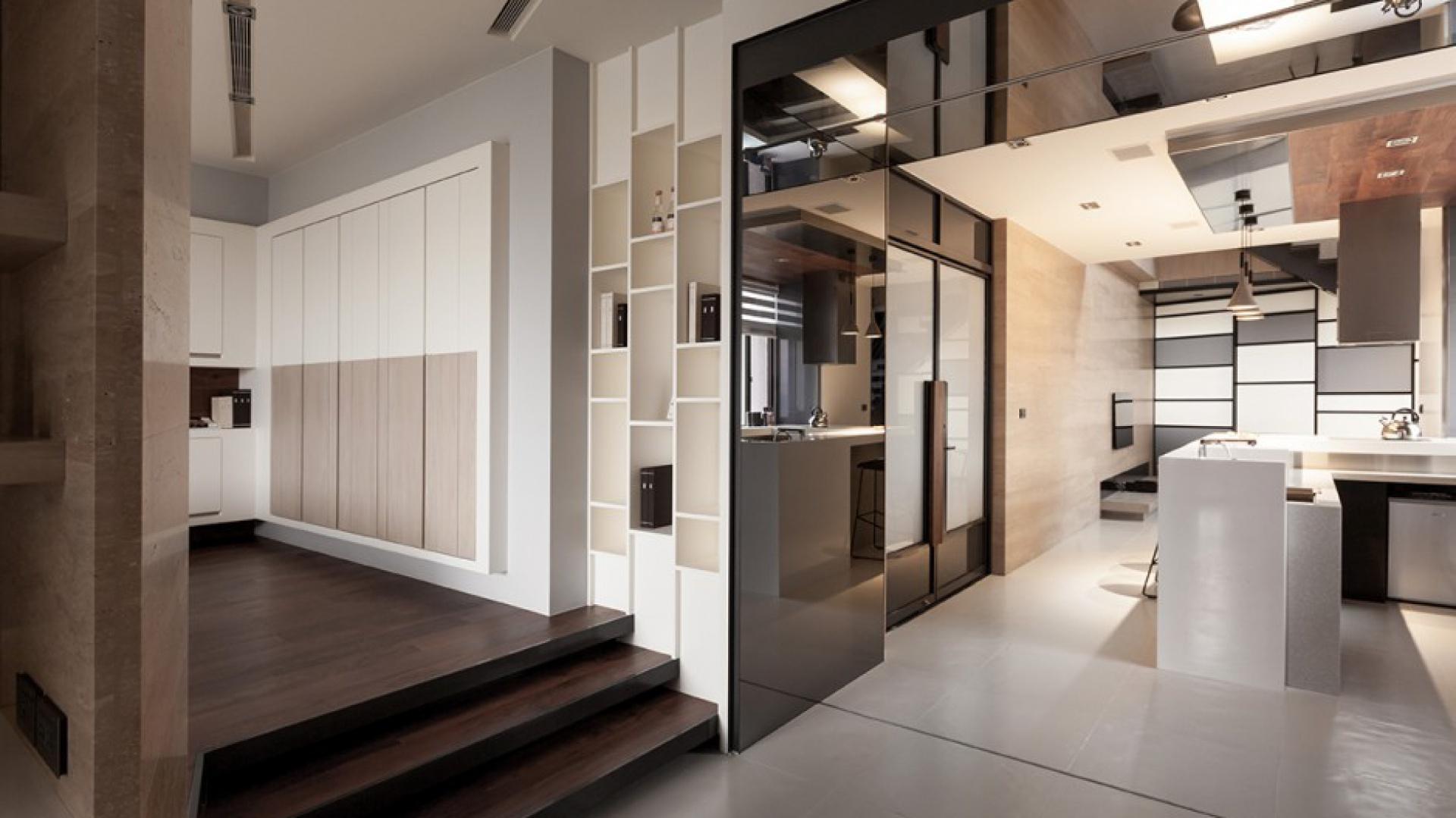 Chcąc nadać wnętrzu jak najwięcej przestrzenności, zrezygnowano z większości ścianek działowych. Odrębność poszczególnych funkcji mieszkania zaznaczono za pomocą różnorodnej posadzki na podłogach oraz ich różnej wysokości. Projekt: Circle Huang&Gina Chiu. Fot. Hey! Cheese.