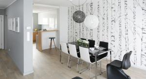Ściany, zwłaszcza w salonie, powinny stanowić wyjątkową ozdobę. Farba, tynk, cegła, drewno, fototapeta – to tylko niektóre pomysły na niesztampowe wykończenie.
