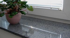 Odpowiednio dobrany parapet to nie tylko stylowa ozdoba okna oraz wnętrza domu, ale także funkcjonalny element, stanowiący jego istotne wykończenie.