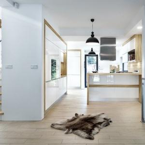 Piękna biała kuchnia - jaki blat wybrać?. Fot. Studio A&K Max Kuchnie