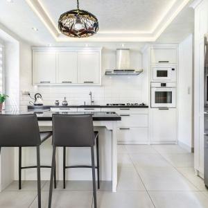 Piękna biała kuchnia – jaki blat wybrać? Fot. Studio Amir Max Kuchnie