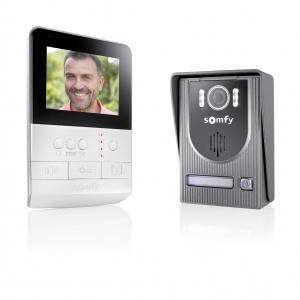 Wideomofon V100 ma wbudowaną kamerę oraz 5-kanałowy pilot do sterowania m.in. bramą garażową, roletami okiennymi, oświetleniem ogrodowym czy furtką do posesji. Fot. Somfy