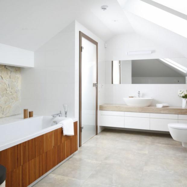 Wnętrze pod skosami: zobacz pomysły na łazienkę na poddaszu