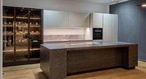 Kuchnia Discovery to połączenie czterech szlachetnych materiałów, drewna, kamienia, lakieru i stali.