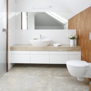 Biel sprawia, że łazienka zlokalizowana na poddaszu jest jasna i przestronna. Projekt: Piotr Stanisz. Fot. Bartosz Jarosz