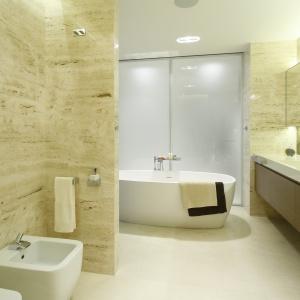 W łazience znajduje się wolno stojąca wanna Agape, jak rónwież strefa prysznicowa. Projekt: Anna Fodemska. Fot. Bartosz Jarosz