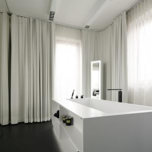 W obudowie wolno stojącej wanny znajdują się praktyczne półki, które można wykorzystać na ułożenie kosmetyków lub ręcznika. Wolno stojąca wanna Projekt: Małgorzata Muc, Joanna Scott. Fot. Bartosz Jarosz