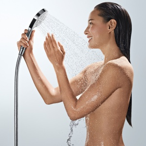 Rączka prysznicowa CROMA SELECT S oferuje trzy rodzaje strumienie, którego kształt można łatwo zmieniać w trakcie kąpieli za pomocą praktycznego przycisku umieszczonego po wewnętrznej stronie; śred. 11 cm, kolor biały/chrom. 276,75 zł. Fot. Hansgrohe