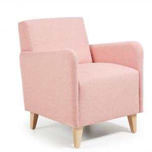 Fotel Fyna z kolekcji Relax ma jednak ciekawe wykończenia, przez cowygląda oryginalnie i nietypowo. Świetnie spełni swoją rolę w salonie, sypialni, garderobie czy kąciku wypoczynkowym.1.984 zł. Fot. La Forma