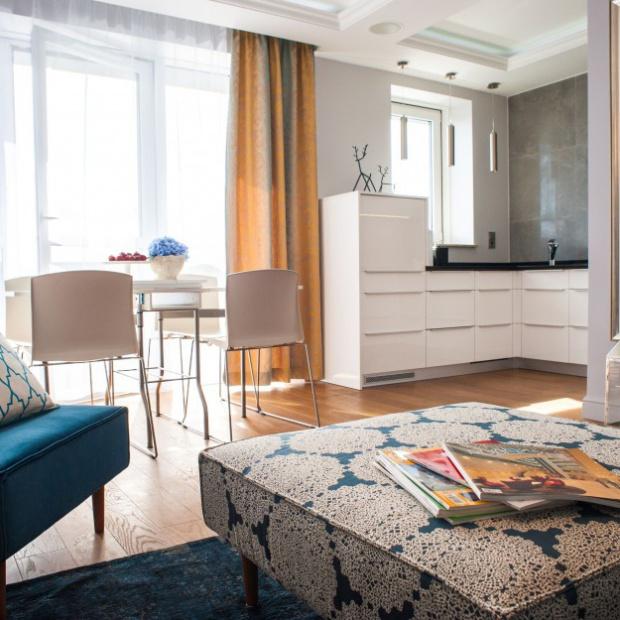 Zobacz, jak urządzono eleganckie mieszkanie nad morzem
