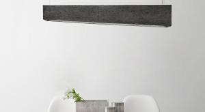 """Najnowsze trendy wnętrzarskie coraz częściej czerpią inspirację z połączenia """"starego"""" z """"nowym"""". Zgodnie z takim założeniem powstały lampy wiszące z kolekcji Stone, stanowiące kompozycję nowoczesnego materiału i klasycznego kształt"""