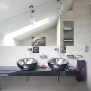 Umywalki pod skosami muszą być zainstalowane w taki sposób, aby wygodnie korzystali z nich nawet najwyżsi użytkownicy. Projekt: Piotr Stanisz. Fot. Bartosz Jarosz