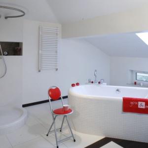 W tym projekcie wanna została odsunięta od ścianki kolankowej. Zostało też miejsce na ciekawe zaaranżowanie strefy prysznicowej. Projekt: Katarzyna Merta-Korzniakow. Fot. Bartosz Jarosz