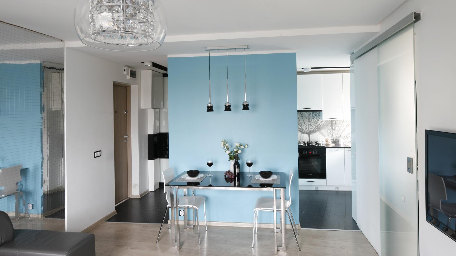 Miejsce na jadalnię wydzielone w niewielkim salonie, a tuż przy kuchni. Projekt: Marta Kilan. Fot. Bartosz Jarosz
