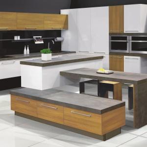 Meble KAMPlus. Biel sprawdza się nie tylko w duetach, ale również w połączeniu zwiększą ilością dekorów, nawet o różnych fakturach. Przykładem może być połączenie bieli zarówno z dekorem drewnianym, jak i różnymi odmianami kamieni naturalnych czy nawet surowym betonem. Fot. KAM Kuchnie